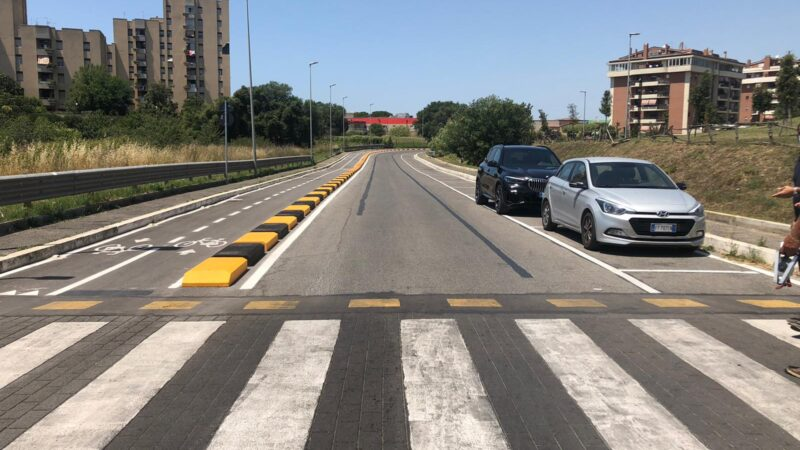 """Pomezia, completata la pista ciclabile in Via Varrone. Il sindaco """"Finalmente chiudiamo il primo anello ciclabile collegando più quartieri in sicurezza"""""""