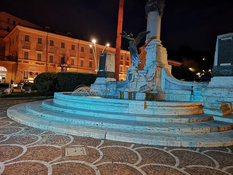 Frascati, s'illumina di blu il Monumento ai Caduti di Piazza Guglielmo Marconi