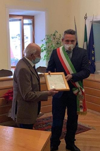 Nemi, 100 anni per l'ex poliziotto Orlando Fruncillo: targa commemorativa dal Sindaco Bertucci