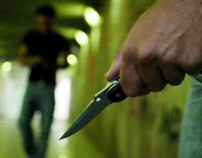Pigneto (Roma) – Discute con la moglie per i voti del figlio, scoppia una lite e la aggredisce con un coltello: arrestato