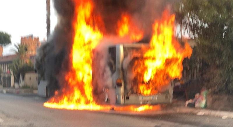 Roma, autobus 506 in Fiamme su Via Tuscolana: nessun ferito