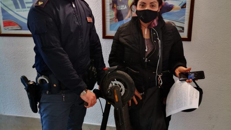 Roma – Colli Albani, si distrae per riporre la spesa nella borsa e le rubano il monopattino: arrestato 35enne