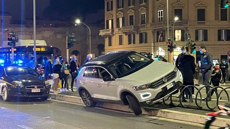 Appio Latino (Roma), SUV si incastra in una rastrelliera
